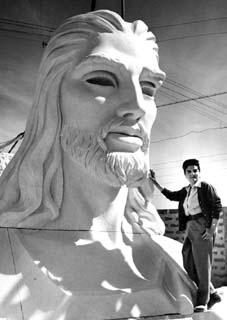 http://cubapedia.com/images/Gilma.Madera.Junto.al.Cristo.jpg